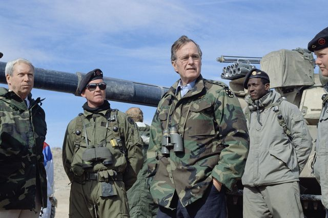 06 Feb 1990, Barstow, California, USA --- President Bush at Fort Irwin --- Image by © Wally McNamee/CORBIS